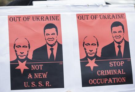Il cartello di un manifestante ucraino (Infophoto)
