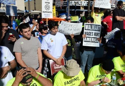 In protesta contro Walmart (Infophoto)