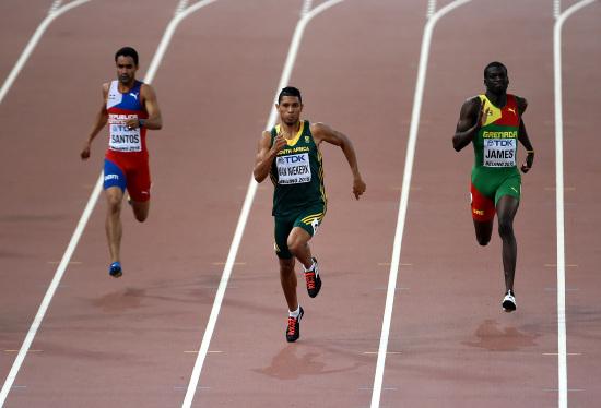 Wayde Van Niekerk in azione nella finale dei 400 (Infophoto)