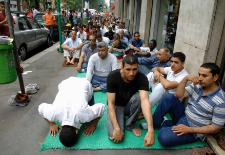 La preghiera davanti al centro di viale Jenner