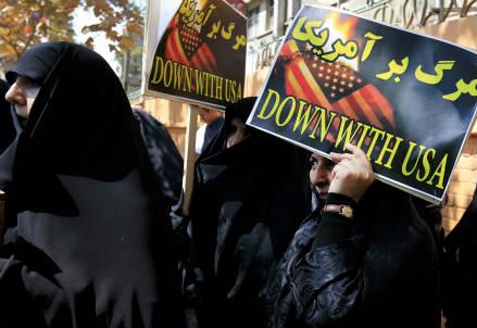 Una recente protesta davanti all'ambasciata francese di Teheran (InfoPhoto)