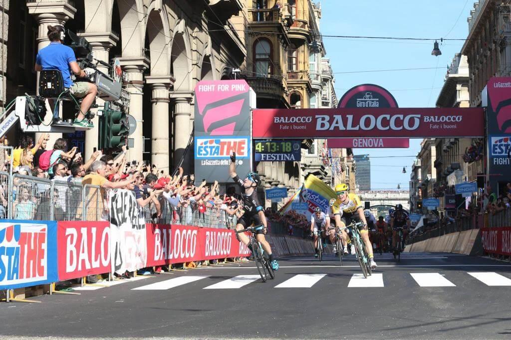 Elia Viviani esulta per la vittoria (da Facebook Giro d'Italia)