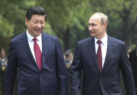 Il presidente cinese Xi Jinping (S) con Vladimir Putin (Infophoto)