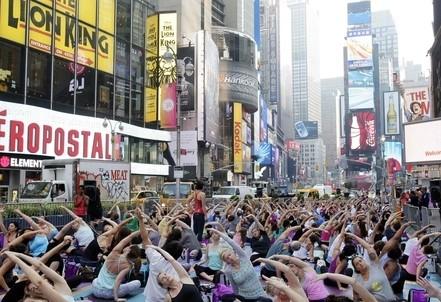 New York, yoga di massa a Times Square per il solstizio d'estate (InfoPhoto)