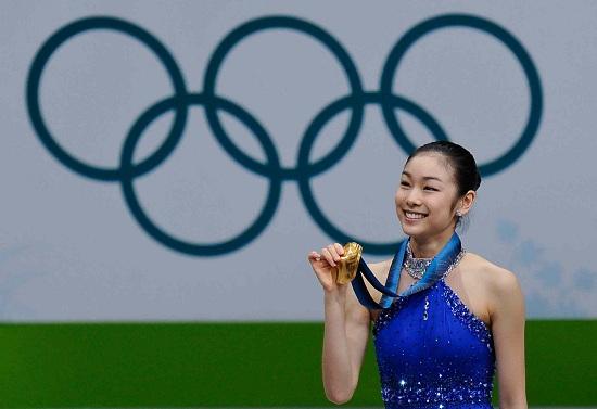 Yu Na Kim con la medaglia d'oro di Vancouver 2010 (Infophoto)