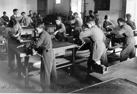 """Laboratorio di meccanica – R. Scuola di Avviamento Professionale """"A. Volta"""" Genova – Cornigliano.  Foto Archivio Indire"""