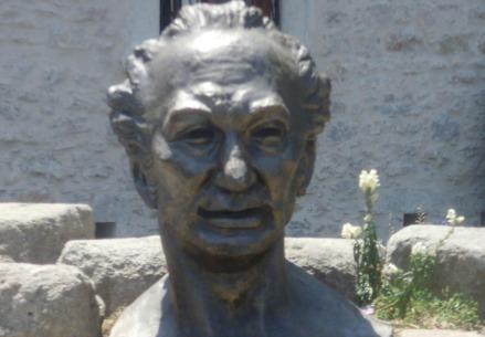 Un busto di Cevat Sakir