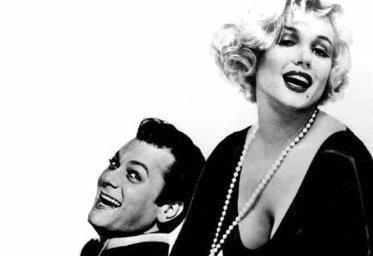 Tony Curtis insieme a Marilyn Monroe
