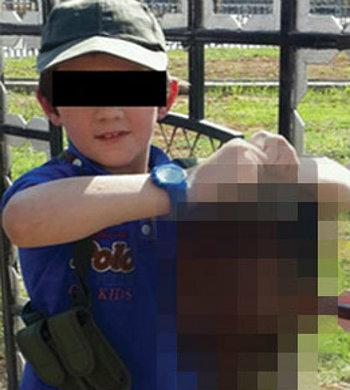 Il figlio di Khaled Sharrouf regge la testa del soldato decapitato