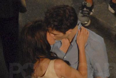 Robert Pattinson e Kristen Stewart invitano tutti al loro matrimonio. O meglio Isabella Marie Swan e Edward Anthony Masen Cullen invitano i fan di tutto il mondo in attesa dell'uscita di Breaking Dawn parte 1 (ovviamente con Pattinson e Stewart) alle loro nozze che saranno epiche e memorabili.