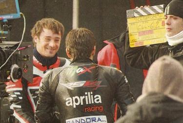 Walter con Max Biaggi di spalle durante le riprese di I Cesaroni 4