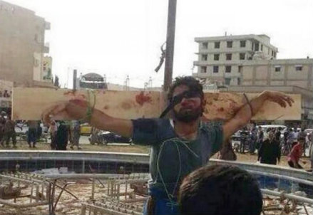 Uno deu due uomini crocifissi a Raqqua