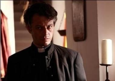 Padre Isaia (Stefano Pesce) ha fatto rapire Claudia