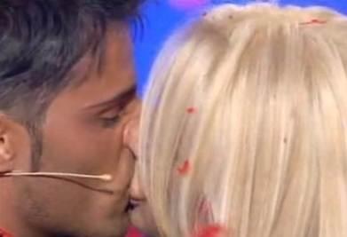 Il bacio di Alessio e Giulia