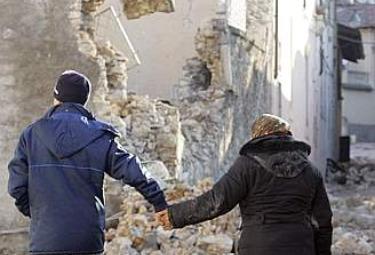 Terremoto_Abruzzo_ManoR375.jpg