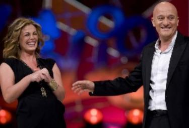 Vanessa Incontrada con Claudio Bisio sul palco di Zelig