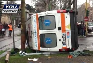 ambulanza-ribaltataR375.jpg