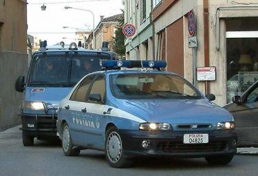 polizia_macchinaR375.jpg