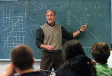 Un insegnante spiega alla lavagna