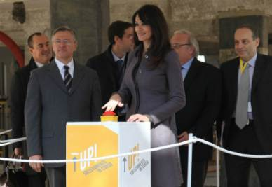 Maria Grazia Cucinotta dà il via al sollevamento dell'edificio dell'Aquila