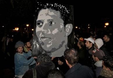 Manifestanti con una foto di Mohamed Bouazizi