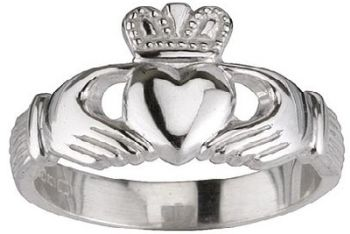Un anello Irish Claddagh
