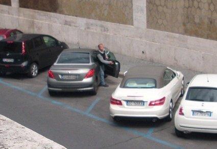 Il ladro esce dall'auto appena derubata