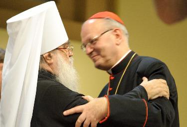 Il metropolita Filaret abbraccia Peter Erdo sul palco del Meeting (Foto di Michele Carloni)