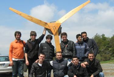 I ragazzi di In-presa con l'impianto eolico da loro realizzato