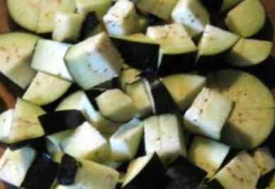 Le melanzane tagliate a dadini da unire al farro