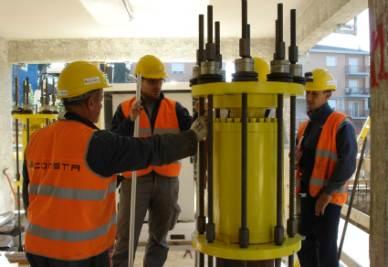Uno dei martinetti idraulici che permettono il sollevamento dell'edificio