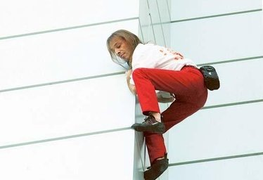 Alain Robert, l'uomo ragno che scala i grattacieli a mani nude
