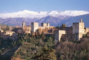 Dietro la Alahambra il massiccio della Sierra Nevada