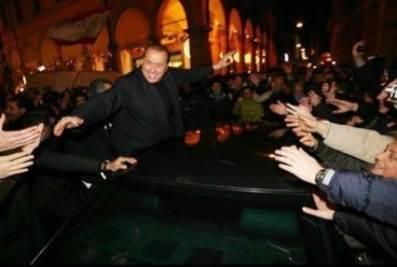 Berlusconi e il predellino di piazza San Babila a Milano