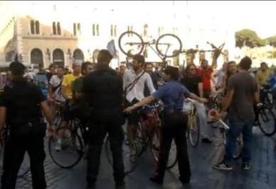 REFERENDUM 2011/ Video Youtube, fermata biciclettata verso Palazzo Grazioli