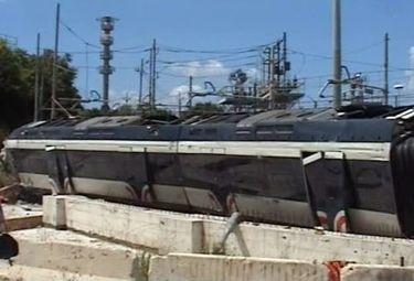 Una delle prime immagini del treno deragliato