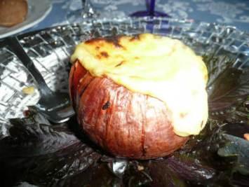 La cipolla irrorata di formaggio e cotta al forno