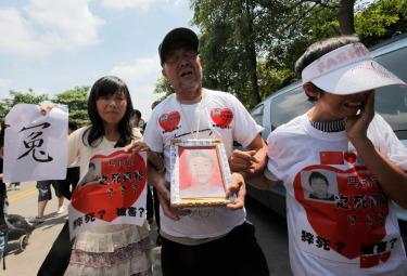 La protesta della famiglia di un dipendente della Foxconn morto suicida (Ansa)