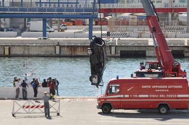 Il recupero della vettura precipitata nel porto di Genova. Foto Ansa