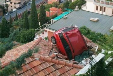 La Panda sul tetto. Foto Ansa