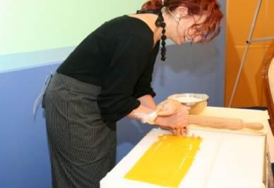 Aurora Mazzucchelli prepara i tortellini