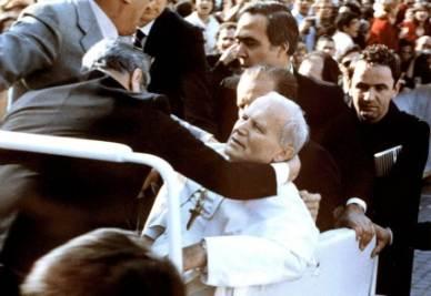 L'attentato a Giovanni Paolo II in piazza San Pietro (Ansa)