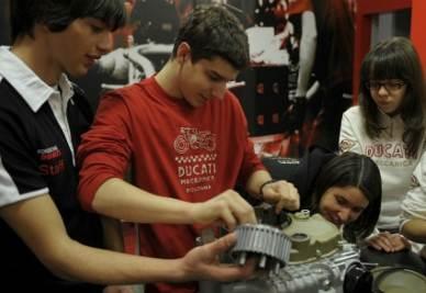 Studenti nel laboratorio della Ducati (Immagine d'archivio)