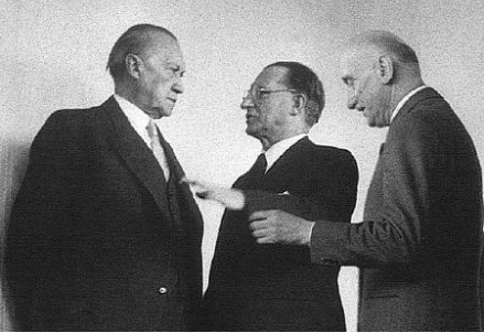 Alcide Degasperi tra Konrad Adenauer, a sinistra, e Robert Schuman ad un vertice nel 1952