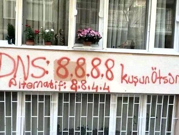 I DNS di Google scritti su un muro in Turchia