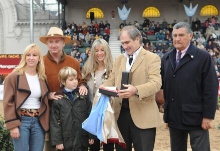 Gonzalo Villegas ritira un premio con la sua famiglia