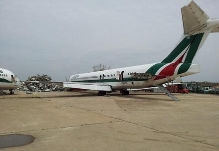 Uno degli MD-80 in fase di smantellamento a Fiumicino