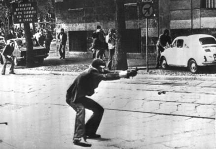 Giuseppe Memeo spara in Via De Amicis a Milano il 14 maggio 1977 (Immagine d'archivio)