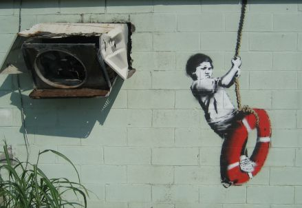 Uno dei celebri murales di Banksy