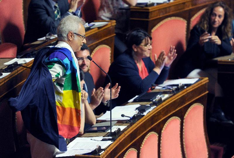 Roberto Cotti in Aula con la giacca arcobaleno